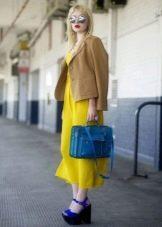 Бежевый пиджак к желтому платью
