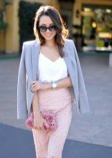 С чем носить юбку карандаш - с пиджаком и сумкой
