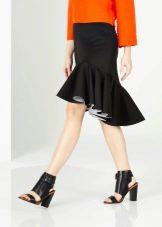 юбка с воланом в сочетании с босоножками