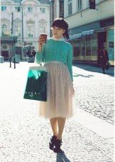 Асимметричная юбка с однотонным свитером