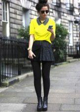 Черная юбка солнце и яркий свитшот