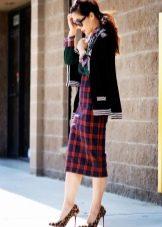 Длинная клетчатая юбка карандаш - повседневный образ
