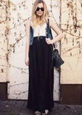 Длинная черная юбка полусолнце в сочетании с джинсовым жилетом