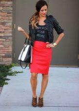 Красная юбка карандаш в сочетание с кожаной курткой