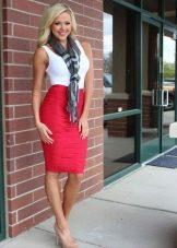 Красная юбка карандаш в сочетании с белой майкой и шейным шарфом