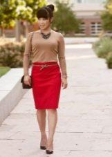 Красная юбка карандаш в сочетании с бежевой водолазкой
