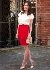Красная юбка карандаш в сочетании с белой футболкой