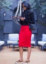 Красная юбка карандаш в сочетании с черной водолазкой