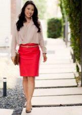 Красная юбка карандаш в сочетании с кремовой блузой
