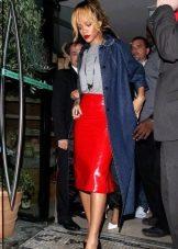 Красная кожаная юбка карандаш в сочетании с плащом