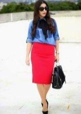 Красная юбка карандаш в сочетании джинсовой рубашкой