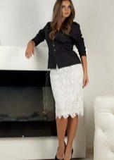 белая кружевная юбка-карандаш с черной блузкой