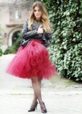 Многослойная бордовая юбка в сочетании с кожаной курткой
