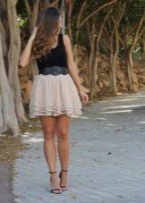Многослойная бежевая юбка в сочетании с черной майкой