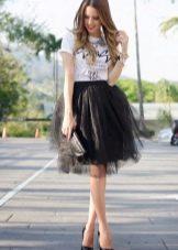 Многослойная черная юбка в сочетании с футболкой