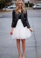 Многослойная белая юбка в сочетании с черной курткой и красными туфлями на шпильке