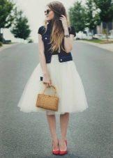 Многослойная юбка в сочетании джинсовым жакетом
