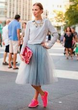 Многослойная юбка в сочетании с кроссовками