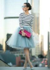 Многослойная юбка в сочетании с полосатым топом