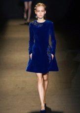 Ярко синее велюровое платье