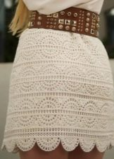 Прямая бежевая вязаная крючком юбка