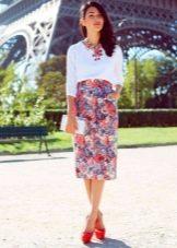 Прямая юбка средней длины с цветочным принтом