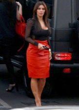 Красная прямая кожаная юбка