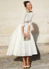 белая кружевная юбка средней длины