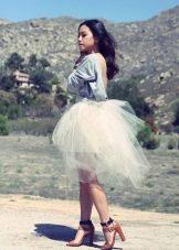 белая юбка средней длины из органзы