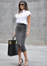 Серая юбка карандаш с белой блузкой