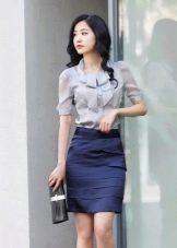 Темно-синяя юбка карандаш с серой блузкой