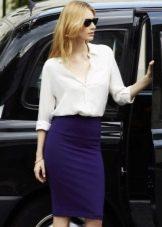Темно-синяя юбка карандаш с белой блузкой