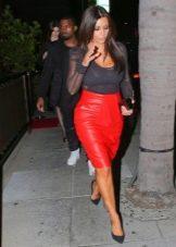 Красная юбка карандаш с черной блузкой