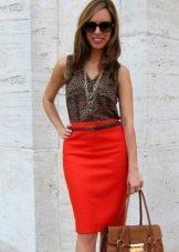 Красная юбка карандаш с коричневой блузкой-безрукавкой