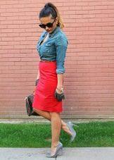 Красная юбка карандаш с джинсовой рубашкой