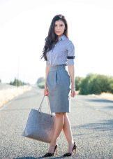 Серая юбка карандаш с блузкой-рубашкой