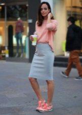 Серая юбка карандаш с розовой кофточкой и кедами