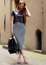Серая юбка карандаш в сочетание с босоножками на каблуке