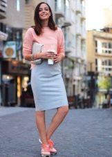 Серая юбка карандаш в сочетание с кроссовками
