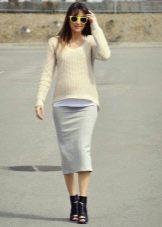 Серая юбка карандаш в сочетание с открытыми ботильонами