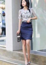 Синяя юбка карандаш в сочетание с серой блузкой