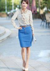 Синяя юбка карандаш в сочетание с рубашкой в горошек