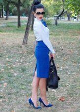 Синяя юбка карандаш в сочетание с белой рубашкой