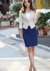 Синяя юбка карандаш в сочетание с бежевым жакетом