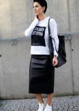 кожаная спортивная юбка средней длины