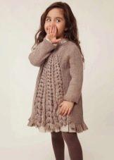 Зимнее вязаное спицами платье для девочек