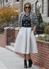 Пышная белая юбка ниже колена
