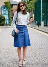 Джинсовая расклешенная юбка ниже колена