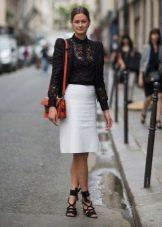 Прямая белая юбка ниже колена