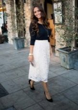 Кружевная белая юбка ниже колена